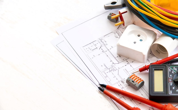 Ferramentas de reparo elétrico em casa. foco seletivo.