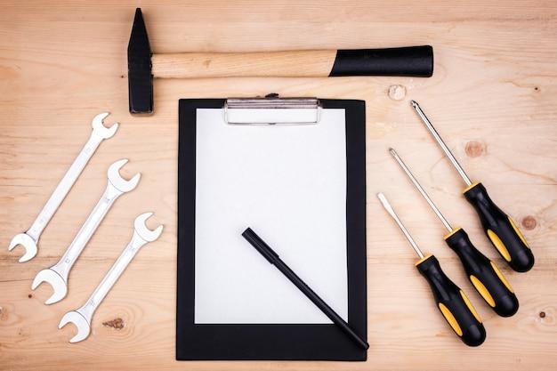 Ferramentas de reparo - martelo, chaves de fenda, chaves ajustáveis, alicates. folha de papel branco. conceito masculino para o dia dos pais