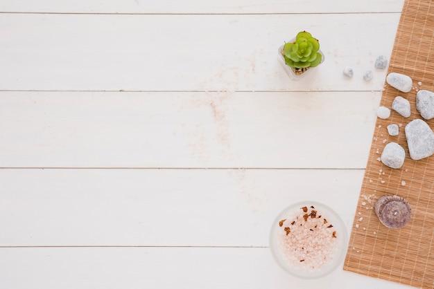 Ferramentas de spa na mesa de madeira branca