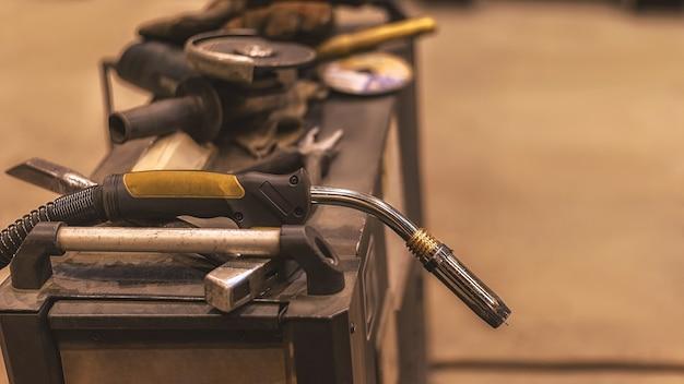 Ferramentas de trabalho do soldador para trabalhar na máquina de solda migmag. produção de trabalhos de soldagem