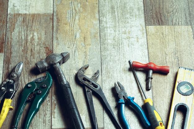 Ferramentas de trabalho no piso rústico de madeira