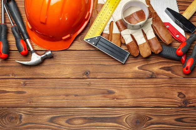Ferramentas de trabalho sortidas na mesa de madeira