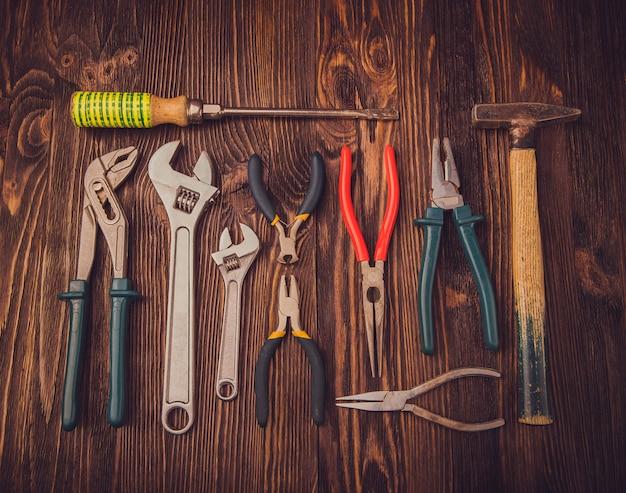 Ferramentas de trabalho variadas em madeira