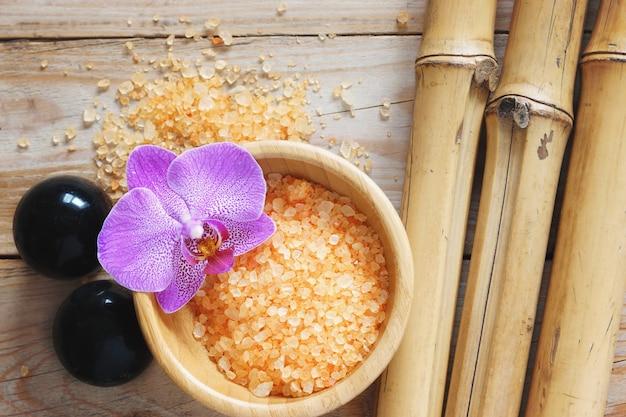 Ferramentas de tratamento de spa e folhas de flor de orquídea