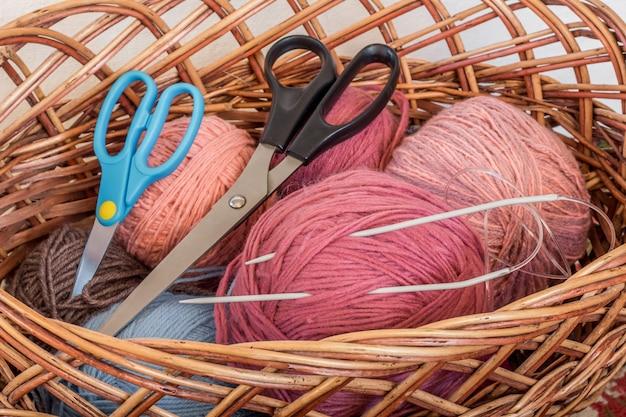Ferramentas de tricô com linha e tesoura