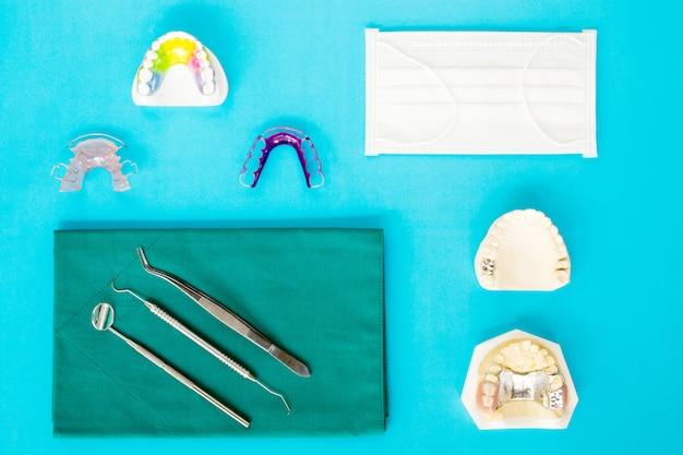 Ferramentas dentais e aparelho ortodôntico retentor, plana leiga, vista superior.