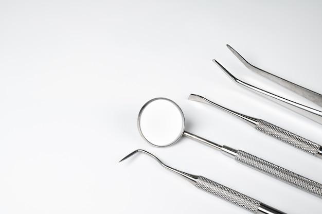 Ferramentas dentais em fundo branco. conceito de tecnologia médica. higiene dental. conceito de cura. ferramentas de dentista. equipamento dentário.