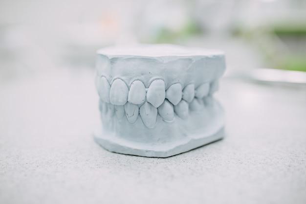 Ferramentas dentárias e equipamentos no consultório odontológico