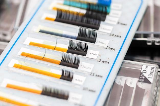 Ferramentas do mestre em extensão de cílios. cílios postiços em uma mesa no salão