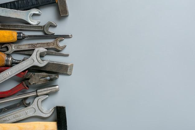 Ferramentas domésticas de grupo de construção em fundo cinza