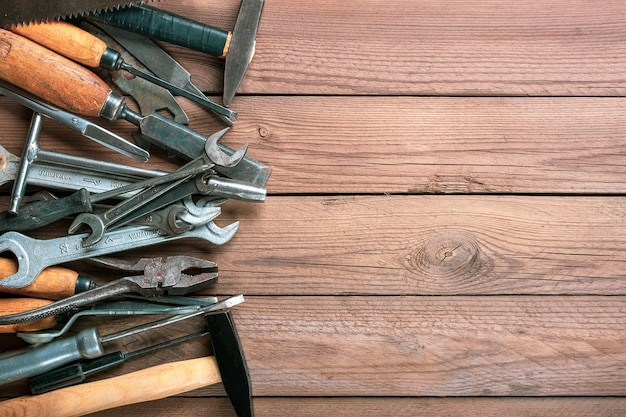 Ferramentas domésticas de grupo de construção em fundo de madeira