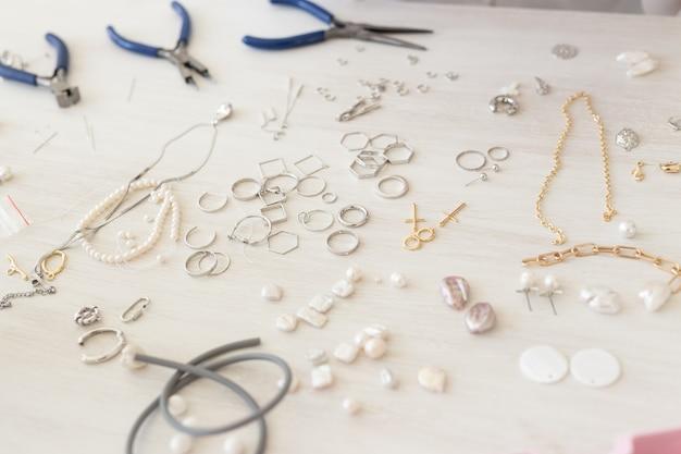 Ferramentas e acessórios para fazer joias. hobby, artesanal e feito à mão.