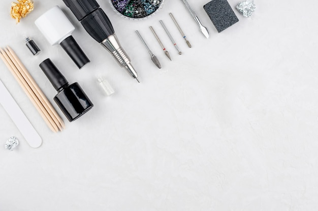 Ferramentas e acessórios para procedimentos de manicure e pedicure em um fundo branco
