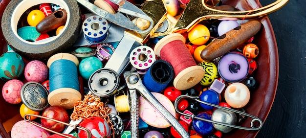 Ferramentas e bijuterias para costura.