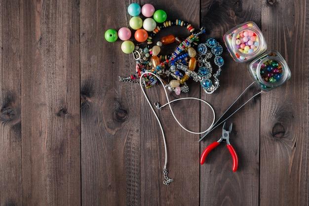 Ferramentas e elementos de elaboração manual de jóias