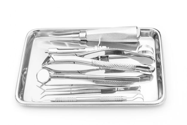 Ferramentas e equipamentos dentais no fundo branco.