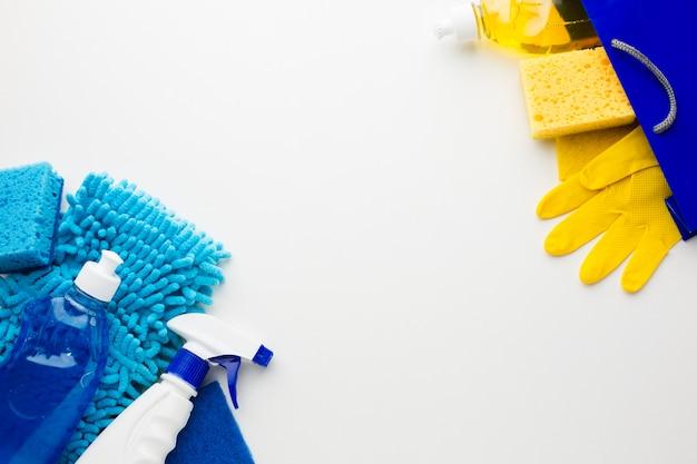 Ferramentas e luvas de limpeza copiam o espaço