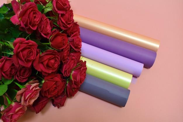 Ferramentas e materiais da florista. belo trabalho agradável.