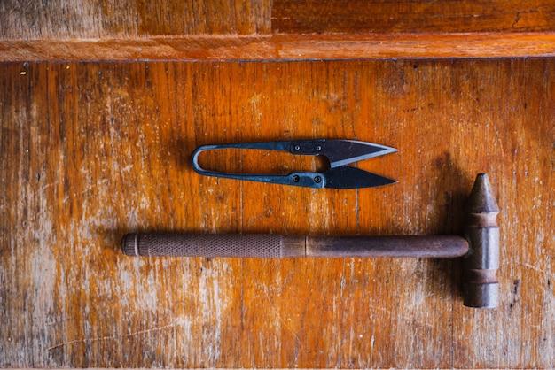 Ferramentas e materiais de costura e bordado.