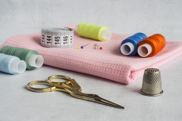 Ferramentas e materiais de costura tesoura fios alfinetes fita métrica
