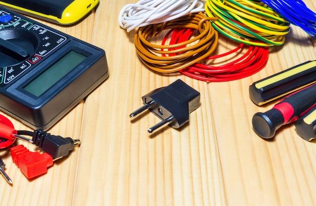 Ferramentas e peças de reposição para eletricista em placas de madeira