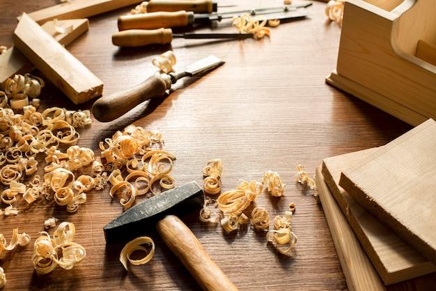 Ferramentas e serragem de madeira na oficina