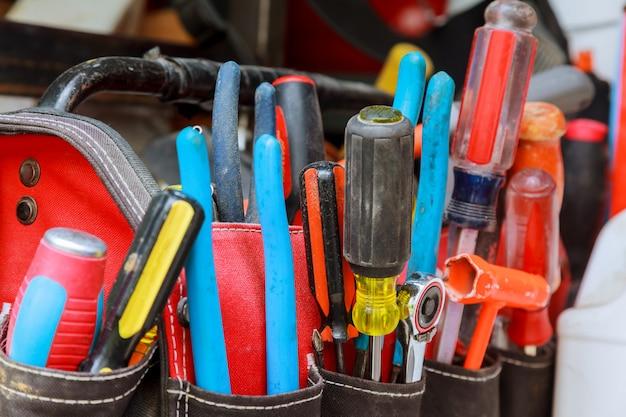 Ferramentas em dia de trabalho de saco e negócios lutam crafting ferramentas em uma mesa de trabalho.