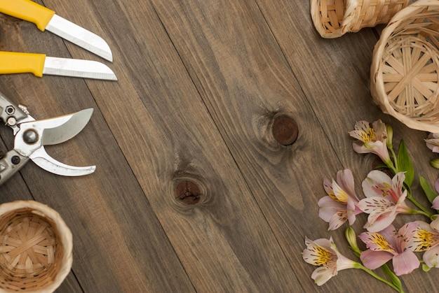 Ferramentas florísticas na placa rústica. worplace, copie o espaço.