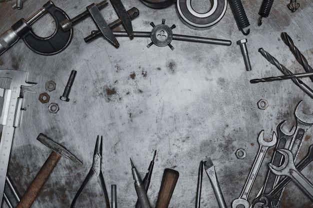 Ferramentas manuais antigas em superfície de metal grunge