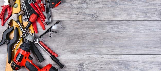 Ferramentas manuais de construção plana leigos sobre fundo de madeira