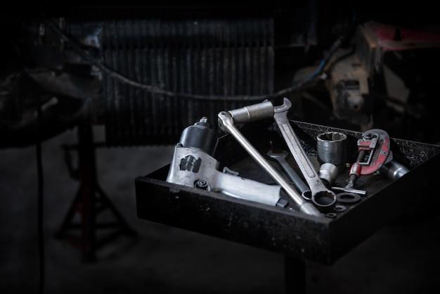 Ferramentas na bandeja de ferramentas para reparar carros