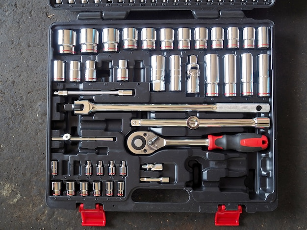 Ferramentas na caixa de ferramentas no chão