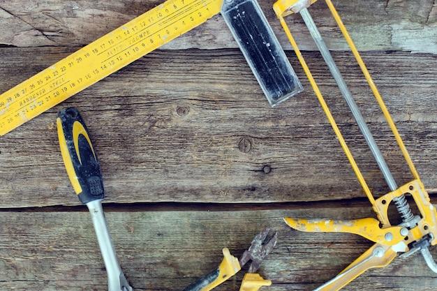 Ferramentas na mesa de madeira