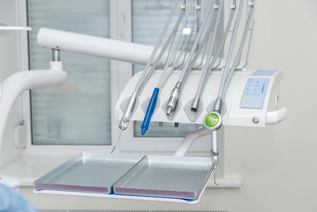 Ferramentas na odontologia perto da cadeira de perto