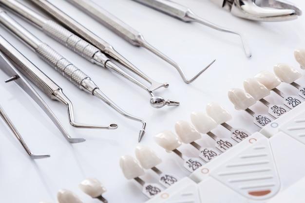 Ferramentas odontológicas e amostras de dentes