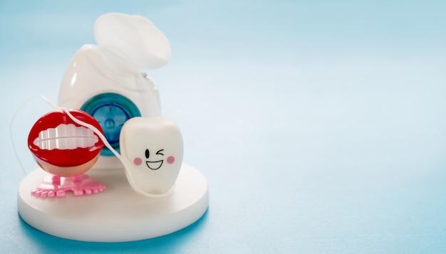 Ferramentas odontológicas e modelo de dentes de sorriso