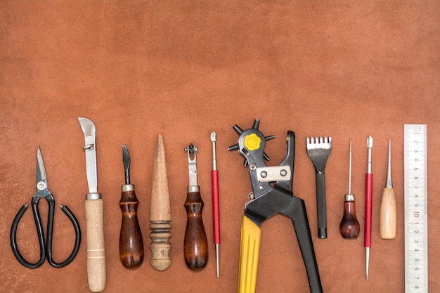 Ferramentas para artesanato e peças de couro marrom