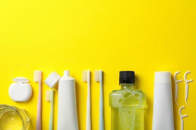 Ferramentas para atendimento odontológico em fundo amarelo, espaço para texto