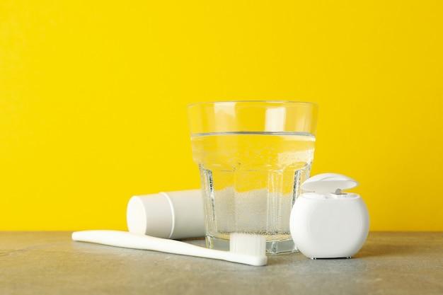 Ferramentas para atendimento odontológico na superfície amarela