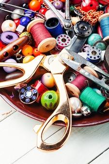 Ferramentas para bijuterias e bordados.