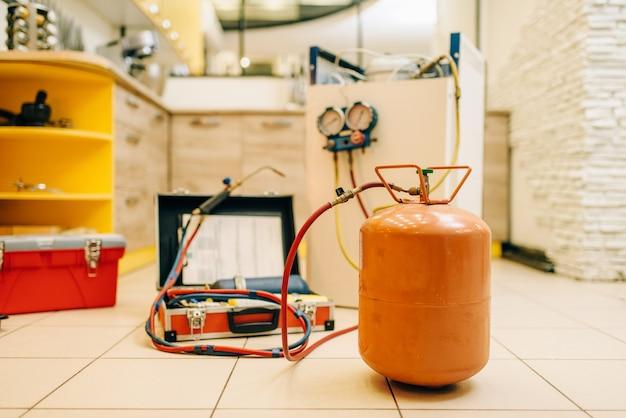 Ferramentas para consertar o sistema de refrigeração da geladeira, ninguém. equipamento para enchimento de condicionadores e compressores
