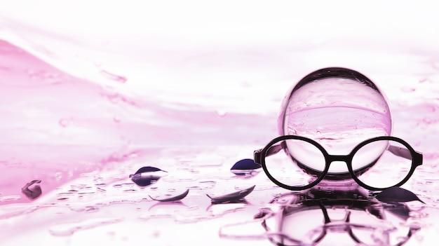 Ferramentas para correção da visão. óculos e lentes com dioptrias no fundo de salpicos e embaçado.