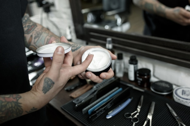 Ferramentas para cortar a vista superior da barbearia de barba. ferramentas vintage de barbearia