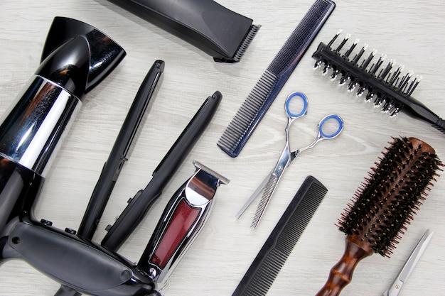 Ferramentas para cortar cabelo espaço para o texto ferramentas de cabeleireiro na área de trabalho de um salão de beleza