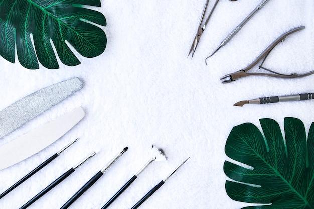 Ferramentas para criar, esmaltes em gel, tudo para o tratamento das unhas, o conceito de beleza