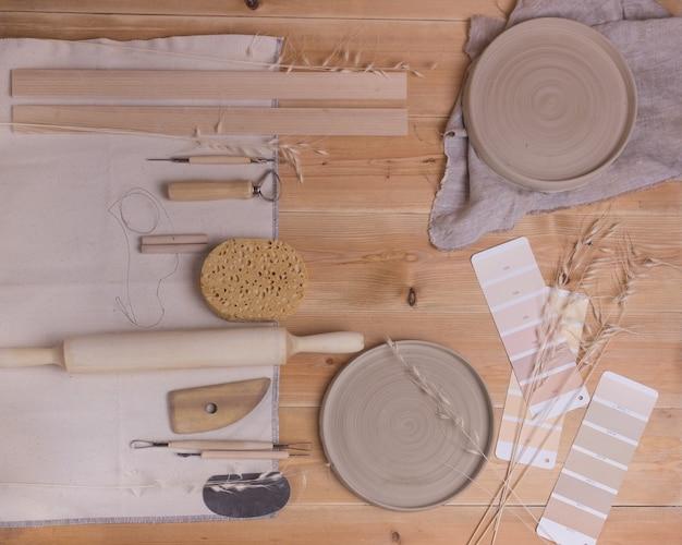 Ferramentas para fazer cerâmica em uma mesa de madeira