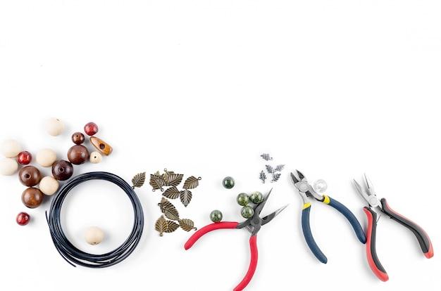 Ferramentas para joias artesanais. contas, alicate e arame