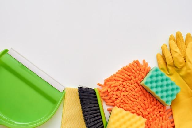 Ferramentas para limpar o chão. vassoura, pá de lixo e outros itens isolados na parte inferior da imagem. foto recortada