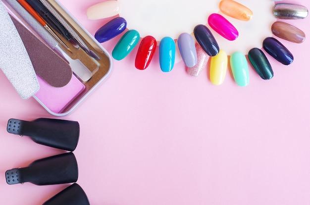 Ferramentas para manicure em um fundo rosa