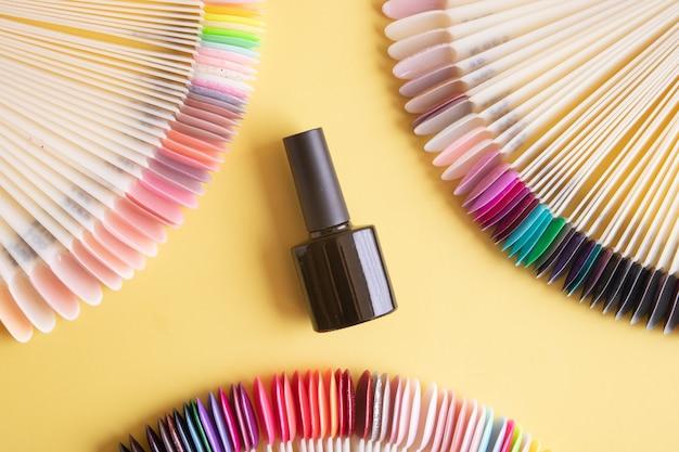 Ferramentas para manicure plana colocam sobre um fundo colorido. cobrindo as unhas com o conceito de esmalte de gel